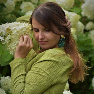 """Zelená je barvou přírody. 🌲 Luk, kopců a lesů. A Krušných hor, odkud pocházím 🌲! Ruch velkoměst mi nevadí a za ta léta jsem si mu přivykla, protože mi anonymita vyhovuje, ale kde najít rovnováhu lépe než v přírodě 🌲♥️?  Barvy a kouzlení s nimi, v přírodě obzvláště miluju 🌲a je pravda, že se zelená stala součástí mého šatníku 😊#Esmeralda 🌳.   ☀️ Část těla, ke které se zelená vztahuje, je srdce. 💚 Srdce je sídlem pocitů, obzvlášťě lásky - nejen té partnerské, ale i k lidem. Je to o tom, otevřít své srdce, nic neskrývat a vše volně nechat proudit, nemít očekávání, že """"něco dostaneme"""".  Když jsem se tohle vše dozvěděla, došlo mi, že jsem hlavně v tom """"otevření se"""" , udělala megapokroky , upozadila své (někdy až moc škodící ego ) a přestala jsem na sebe být tak zbytečně """"moc tvrdá"""". 💚   #green #greenpower #greenmedicine #greentherapy #dressage #dresscode #dress #reserved #esmeralda #emerald #emeralddress #inspiration #quotes #naturelover #nature #naturelovers #naturephotographer #flowers🌸 #august #august2021 #instamoment #photography #photoshooting #lovestory #herstory #story #aboutyou #woman30plus #womansday   @krusnehory  @v_krusnych_jsem_doma @fotime.krusnehory  @krusnehoryaktivne  @krusnehorycz  @krusnehorypokladnicecech  @krusnohorci.cz  @krusnohorsko  @karlovyvarycz  @krusnehory_zapad  @krasyzapadnichcech   📷 https://m.facebook.com/hlavav.cz Václav Hlava   👗 @reserved"""
