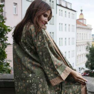 Oblékejte se tak, jako by to mělo být naposledy 💃🏼🌟! Coco Chanel   #kimonogirl #kimonofashion #kimonodress #kimono #fashiondailypost #fashion #fashionlover #inspo #oriental #orientaldaily #lirastore #greenerliving #greenpower #greenmedicine #greenonly #green #colours #pragueworld #praguelife #prague #lifestyleblog #challenge #laskanebeska #lovelyplaces #lovelyday #girl #woman30plus #womansday #womanstyles #power  @lirastore.cz 💃🏼 @honzazaremba 📷  @vizazistka_solomija_stiburkova 💄